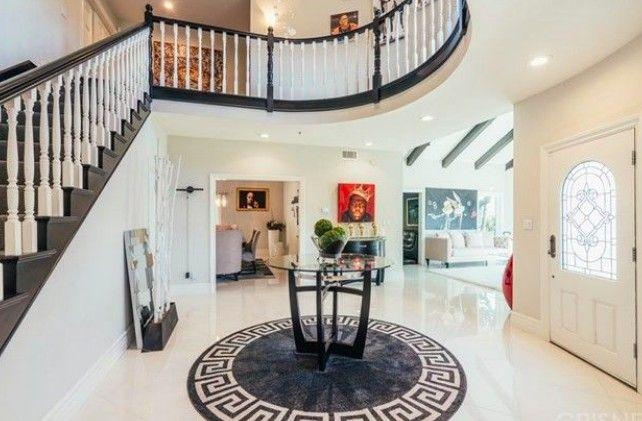 La maison comprend plus de 5 200 pieds carrés.