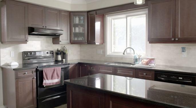Avec des armoires sombres et des comptoirs sombres, cette cuisine avait besoin de quelque chose pour l'éclairer.
