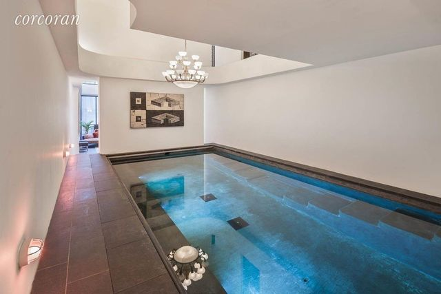 西村联排别墅设有室内游泳池