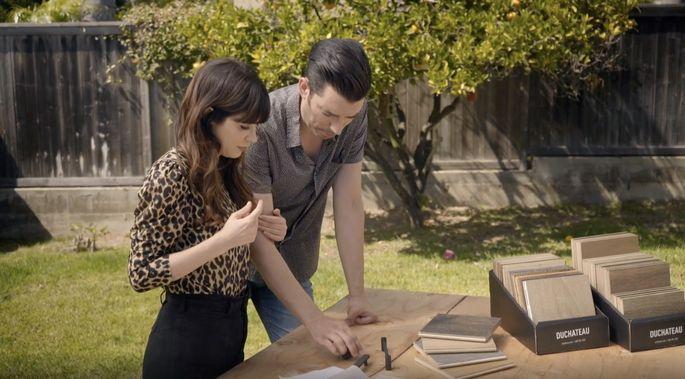 Jonathan et Deschanel travaillent dur pour choisir les bons matériaux pour la maison de Sarah.