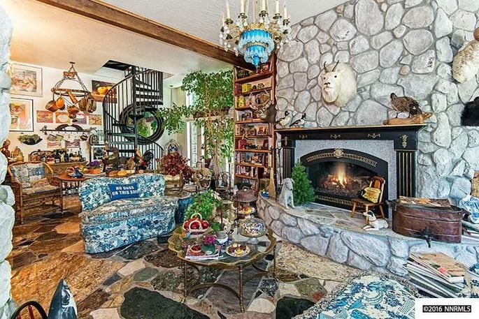 Eclectic décor in the livingarea