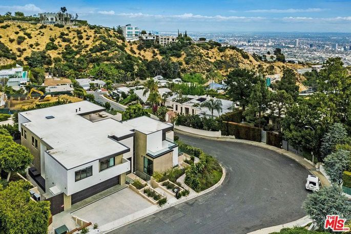 Street view, high in the Hollywood Hills