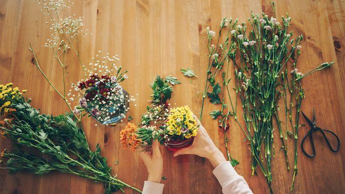 arrange-flowers-hands