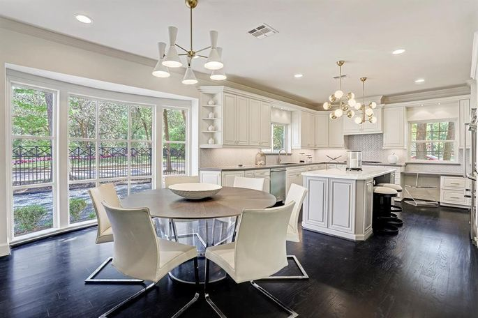 The contrast in colors makes the kitchen look luxurious.